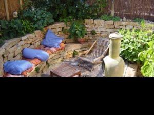 Sitzmauer aus frz. Kalkstein, Bodenbelag aus antiken Klinkern