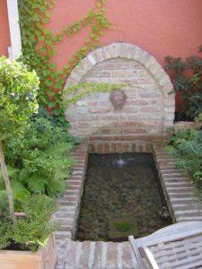 Gemauerter Brunnen aus antiken Ziegeln