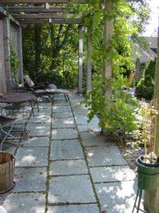 Terrasse aus Gneis-Formatplatten, Pergola aus Granit Stelen